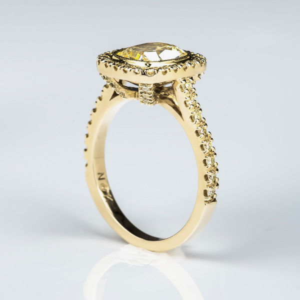 18k gold ring with yellow diamonds